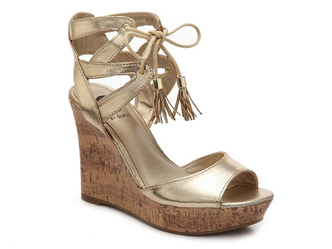 Incaltaminte Femei G by GUESS Estes Wedge Sandal Gold Metallic