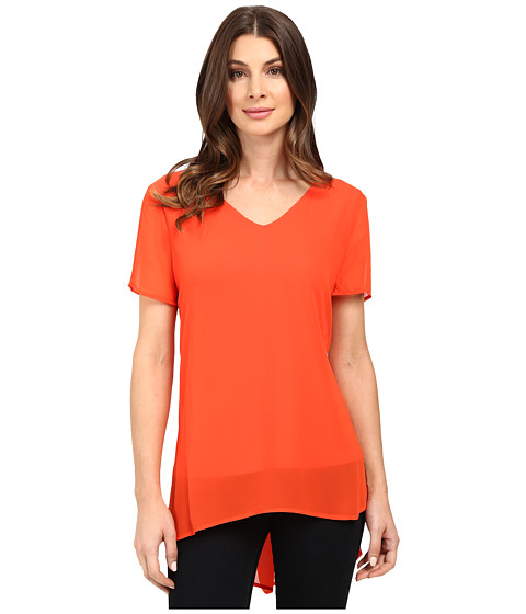 Imbracaminte Femei Vince Camuto Short Sleeve Shirt Tail V Blouse with Knit Underlay Vivid Flame